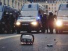 Véhicules des forces de l'ordre françaises stationnées sur une voie