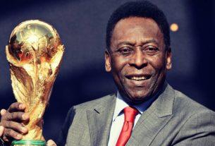 Le Roi Pelé remettant la Coupe du monde