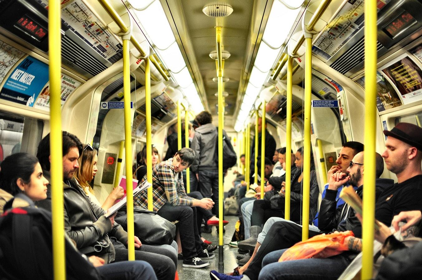 Des passagers dans un métro de Londres