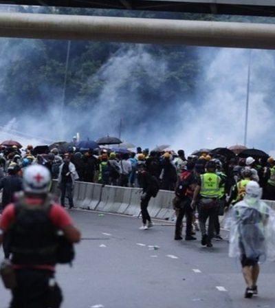 Des manifestants affrontant la police devant le siège local du gouvernement
