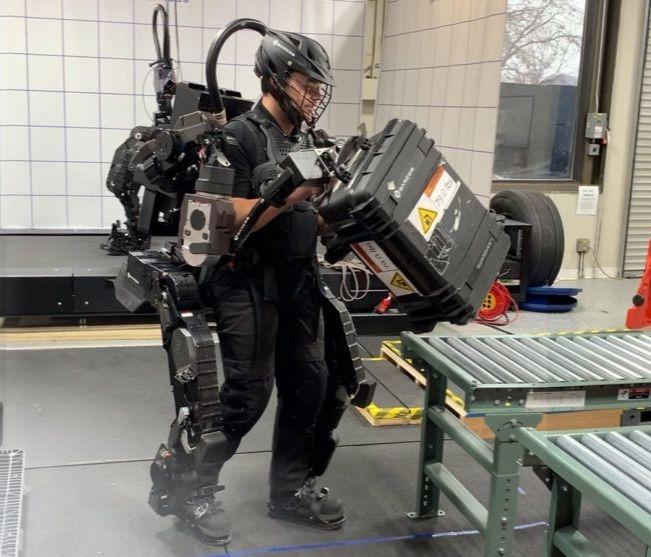 Un ingénieur de Sarcos Robotics en pleine demonstration des capacités du Guardian XO