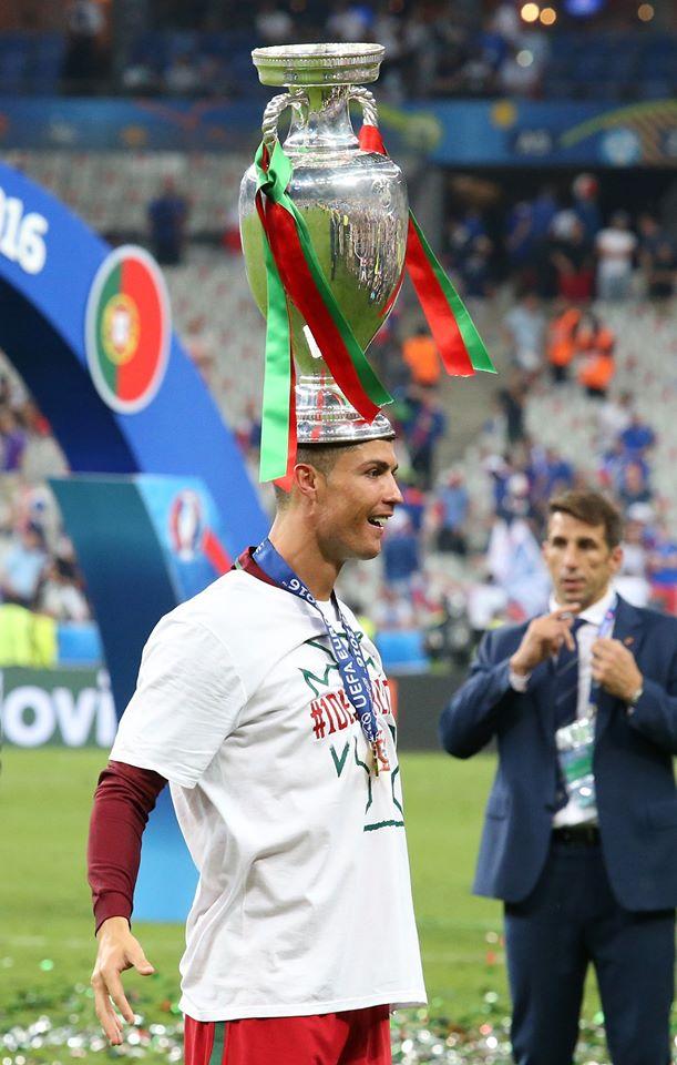 Cristiano Ronaldo avec le trophée de l'Euro, à l'issue de la finale de 2016 contre la France