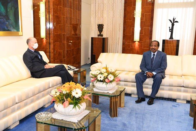 Paul Biya recevant au Palais de l'Unité, l'Ambassadeur de France au Cameroun, Christophe Guilhou.