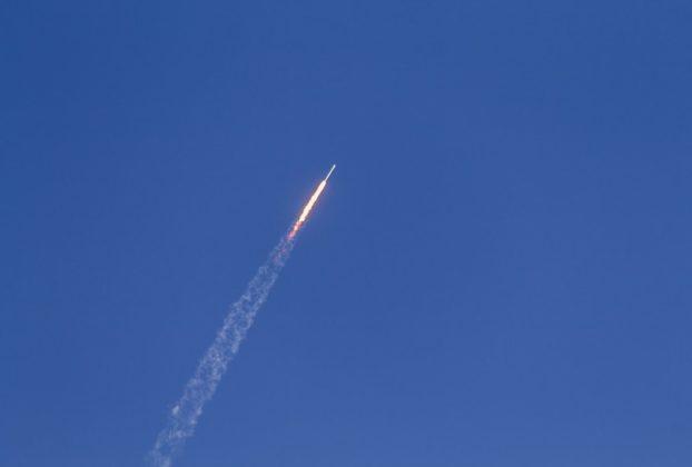 Un missile en train de fendre l'air.