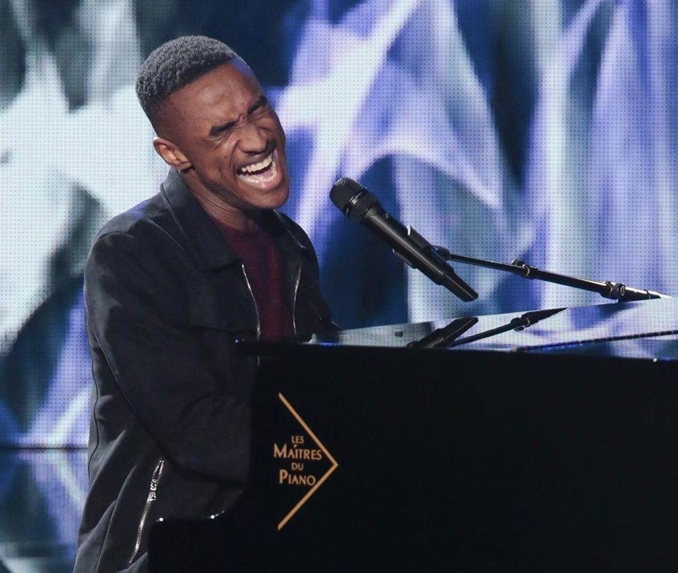 Abi, reprenant au piano « Lovely » de Billie Eilish, lors de la finale de The Voice 2020.