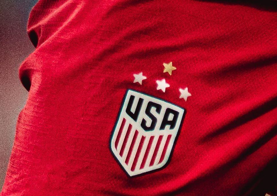 Un shirt avec le blason de l'équipe américaine de football, membre de la Concacaf (Confédération de football d'Amérique du Nord, d'Amérique centrale et des Caraïbes).