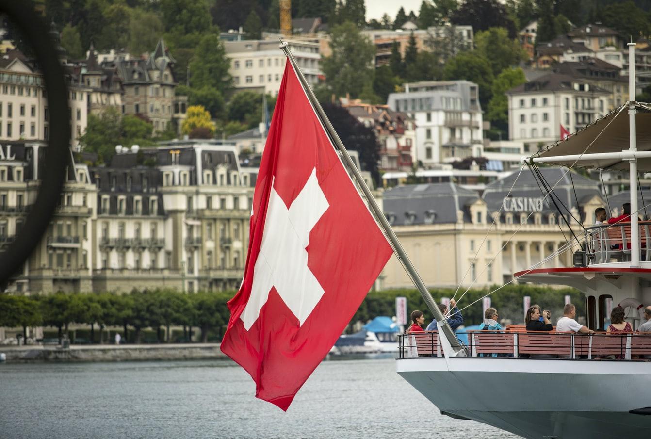 Le drapeau suisse flottant sur un bâteau.