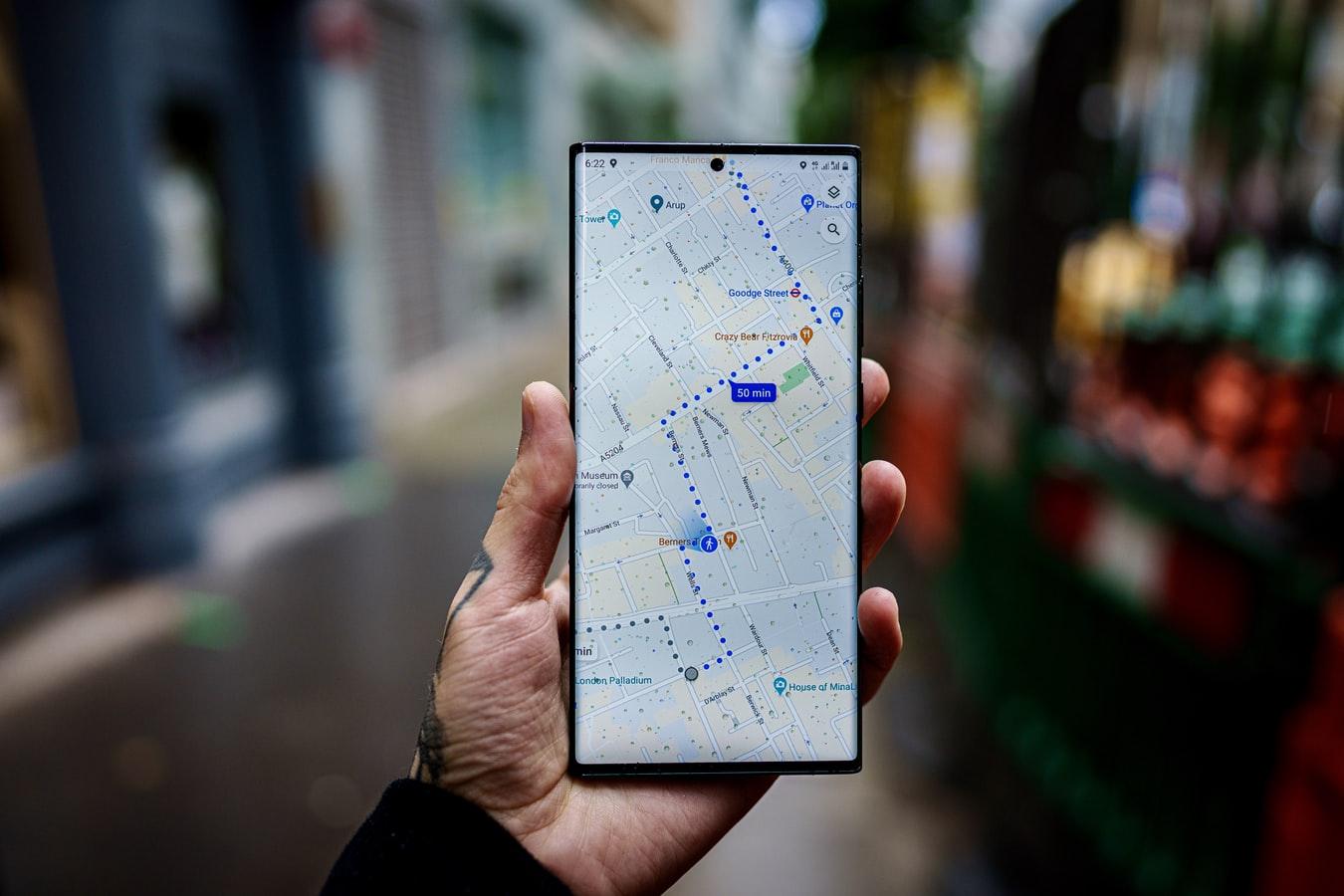 Un homme consultant son trajet sur un smartphone à Londres, au Royaume Uni.