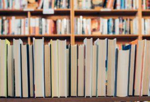 Des livres sur une étagère dans une librairie.